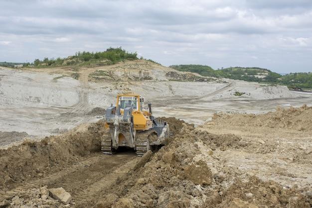 Bulldozer travaillant sur le nouveau chantier de construction