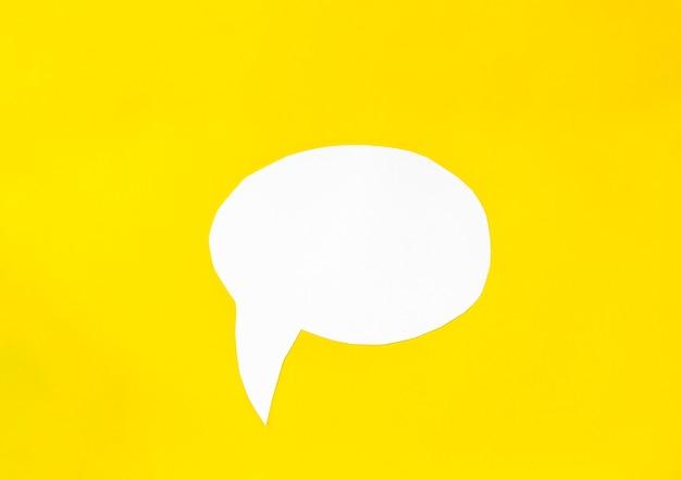 Bulle de dialogue isolée sur fond jaune. concept d'entreprise