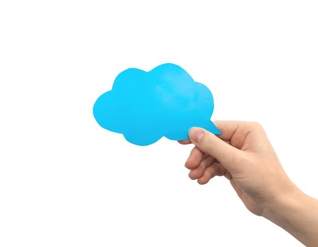 Bulle de dialogue nuage bleu à la main isolé sur fond blanc. donner des commentaires, concept de communication. photo de maquette de zone de texte en carton vide