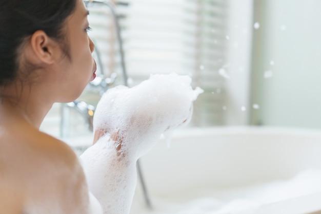 Bulle fille soufflant des bulles de savon