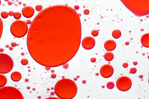 Bulle d'huile abstrait rouge dans le papier peint de l'eau