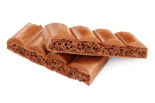 Bulle poreuse au chocolat sur fond blanc