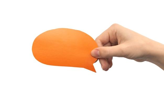 Bulle ronde orange à la main isolée sur fond blanc. donner des commentaires, concept de communication. photo de maquette de zone de texte en carton vide