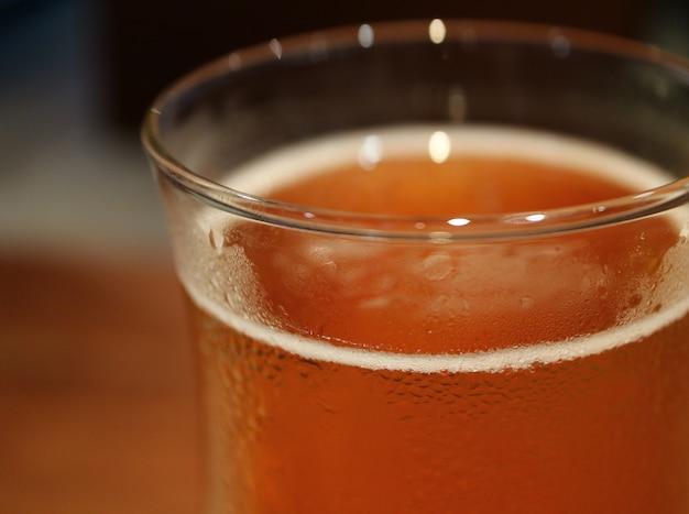 Bulles de bière légère réfrigérées en verre tulipe avec condensation, mise au point sélective