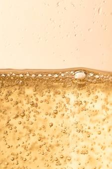 Des bulles de champagne brillent pour la fête du nouvel an