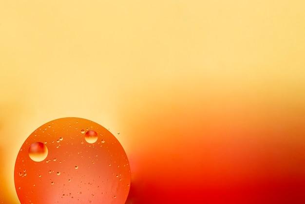 Bulles colorées d'huile non miscible dans l'eau