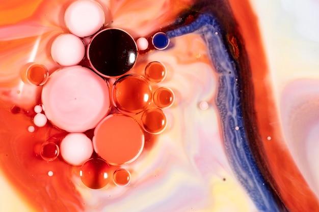 Les bulles coulent dans la graisse d'huile avec une vue colorée.