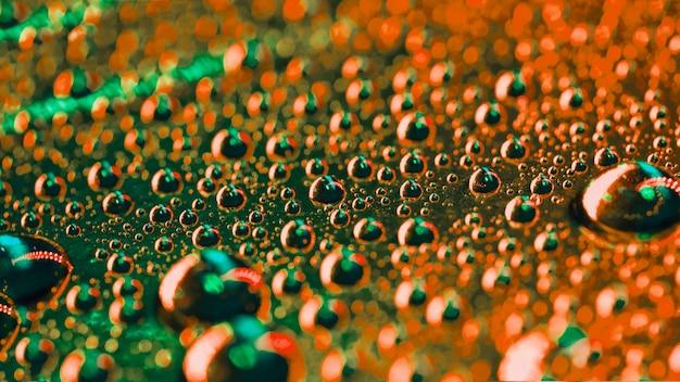 Des bulles d'eau verte et orange