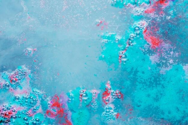 Bulles et éclaboussures colorées sur l'eau
