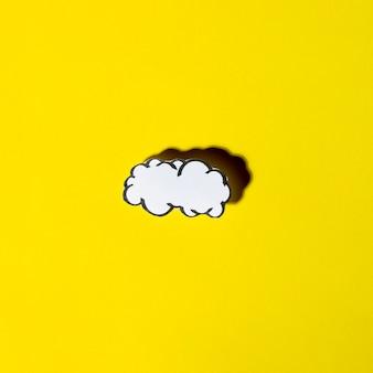 Bulles de nuage blanc avec ombre sur fond jaune
