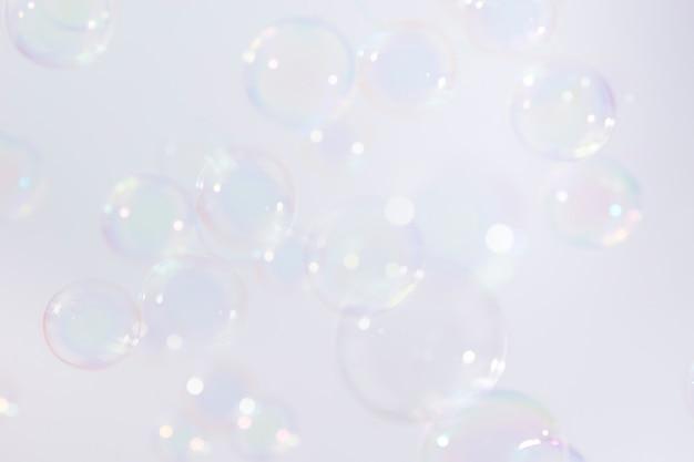 Des bulles de savon flottent à l'arrière-plan.