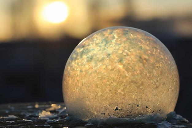 Les bulles de savon gèlent au froid. l'eau savonneuse d'hiver gèle dans l'air.