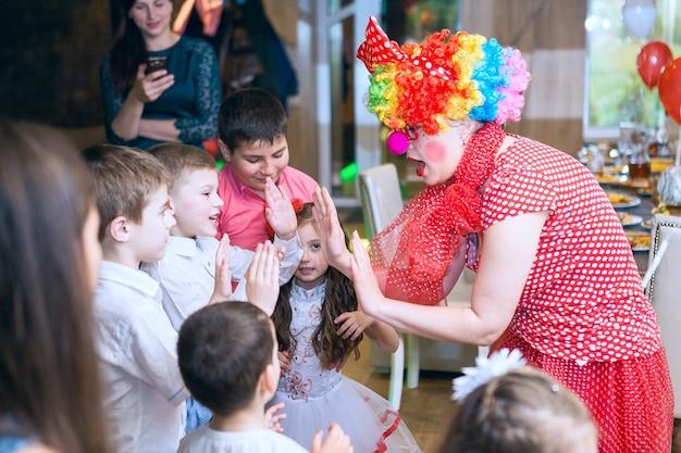 Des bulles de savon montrent des clowns à la fête des enfants