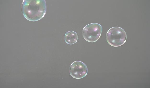 Des bulles de shampooing flottant comme voler dans les airs par le vent qui représentent un jeu rafraîchissant