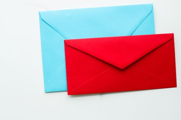 Bulletin de communication et enveloppes de concept d'entreprise sur un message de fond en marbre