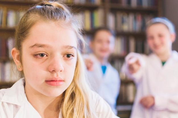 Bullies rire à la petite fille qui pleure