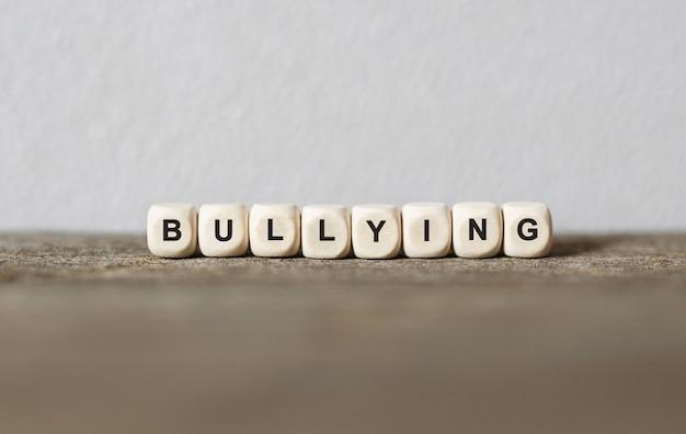Bullying de mot fait avec des blocs de construction en bois, stock image