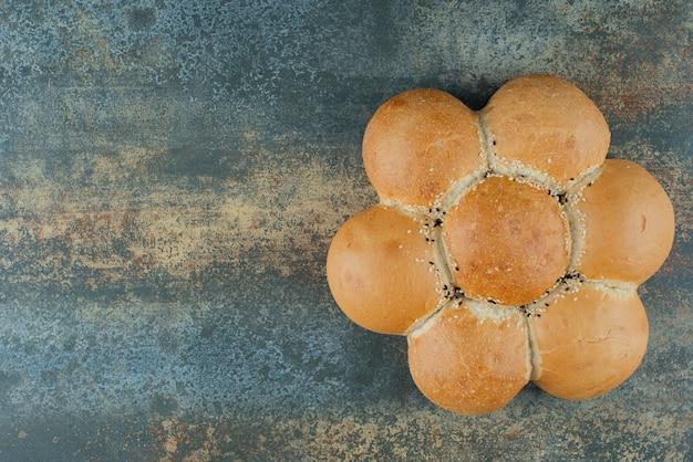 Bun de pain blanc frais sur fond de marbre