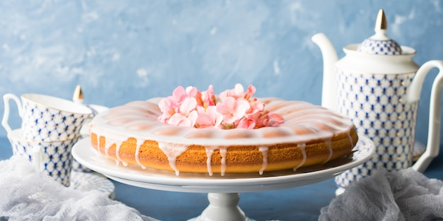 Bundt cake avec glaçage. bannière de fleurs printanières festives