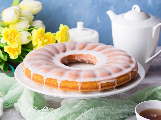 Bundt cake avec glaçage. dessert festif de pâques