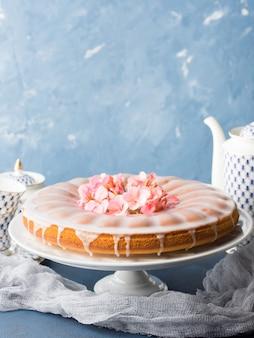 Bundt cake avec glaçage. gâteries festives fleurs printanières