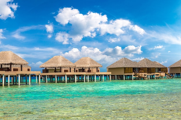 Bungalows sur l'eau dans une île tropicale aux maldives