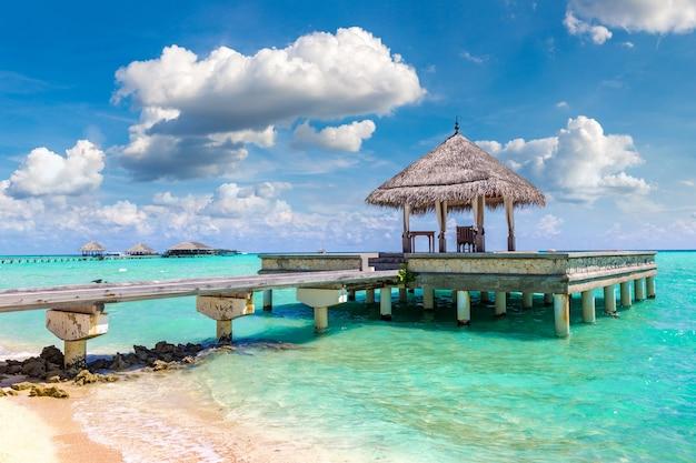 Bungalows Sur L'eau Dans Une île Tropicale Aux Maldives Photo Premium