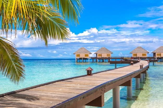Bungalows Sur L'eau Sur Une île Tropicale Aux Maldives Photo Premium