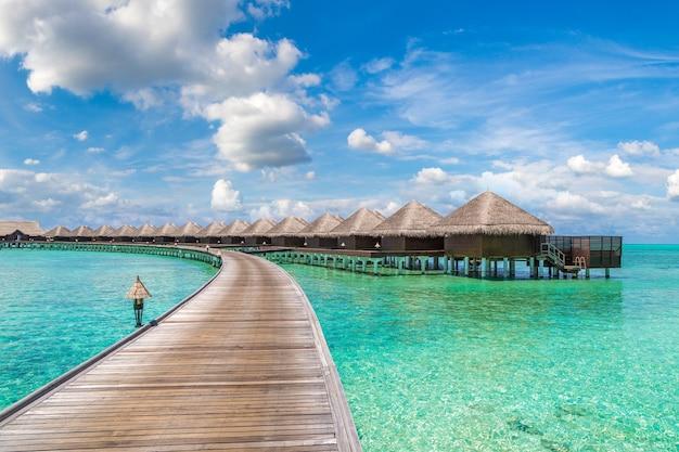 Bungalows sur l'eau sur une île tropicale aux maldives