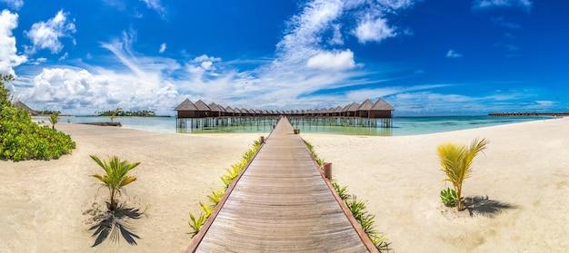 Bungalows sur pilotis sur une île tropicale aux maldives