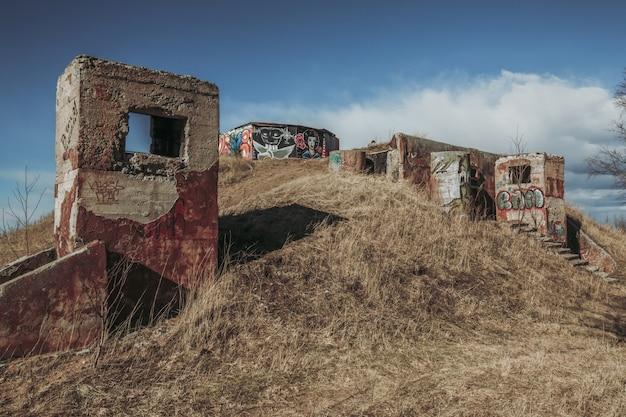 Bunker abandonné sur le terrain.