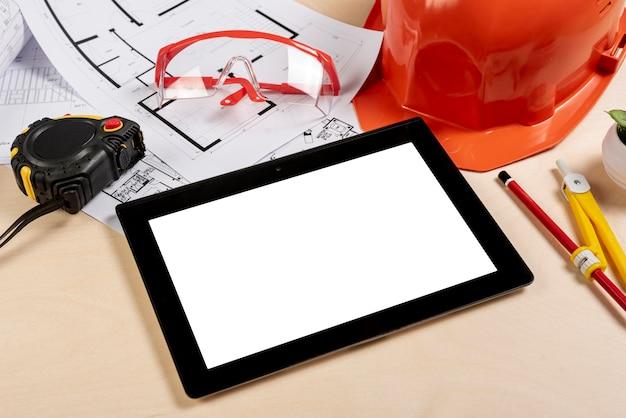 Bureau à angle élevé avec tablette sur la maquette