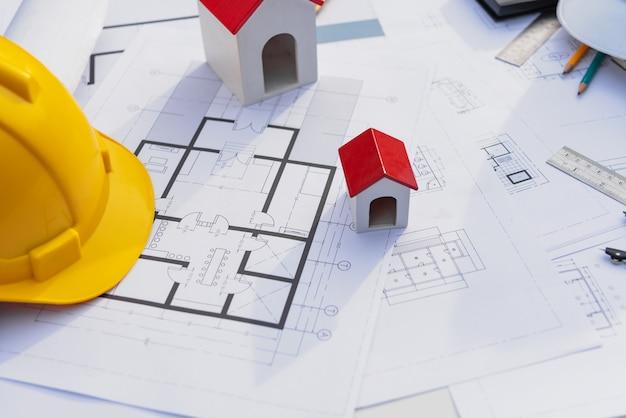 Bureau d'architecte avec bâtiment de construction de plan et de casque.