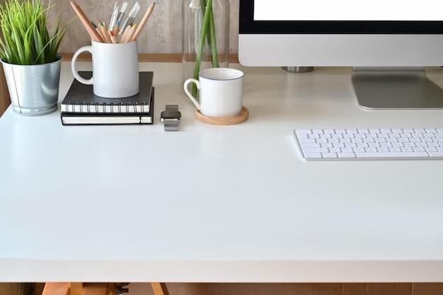 Bureau en bois blanc mezzanine avec ordinateur et espace de copie.
