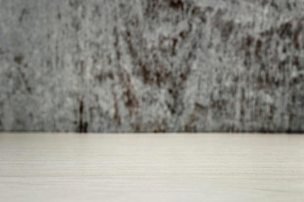 Bureau en bois clair sur un fond gris avec une place pour le texte