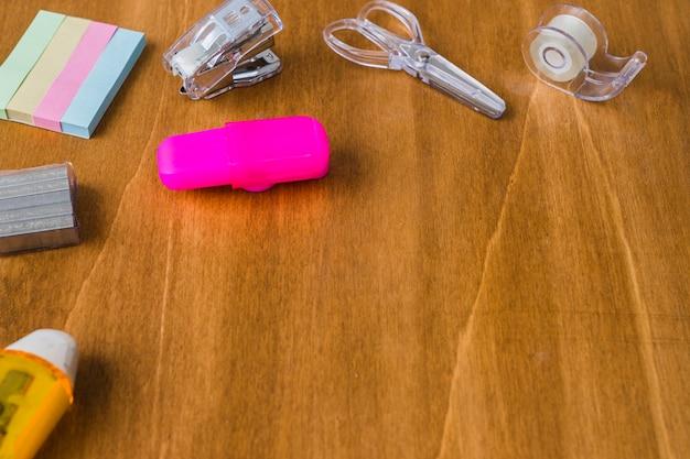 Bureau en bois désordonné avec matériel scolaire