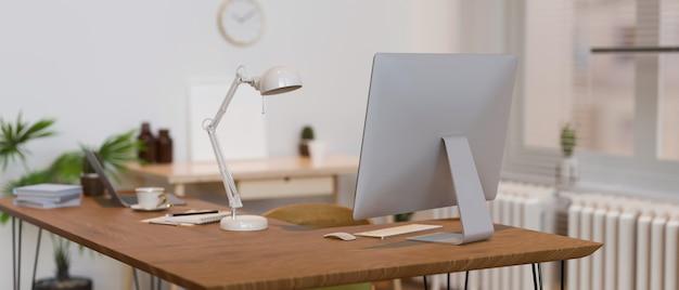 Bureau en bois avec fournitures de lampe d'ordinateur et décorations rendu 3d illustration 3d