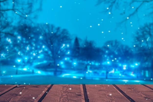 Bureau en bois avec lumière floue sur fond bleu.
