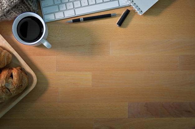Bureau en bois vue de dessus mezzanine espace de travail avec ordinateur, appareil photo vintage, film et copie