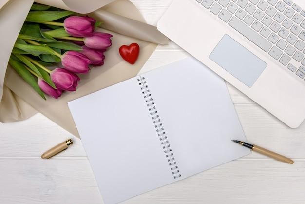 Bureau et bouquet de tulipes vue de dessus
