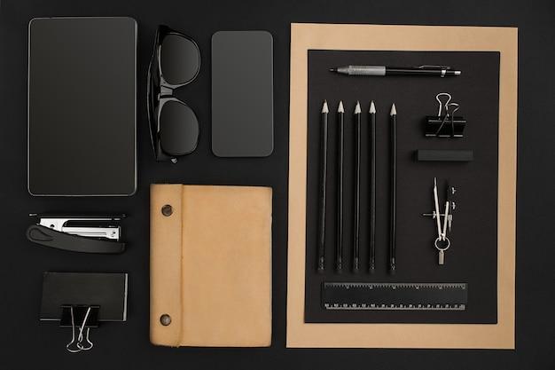 Bureau de bureau avec divers objets noirs en arrière-plan