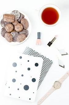 Bureau de bureau à domicile plat. espace de travail féminin avec agenda, fleurs, bonbons, accessoires de mode. concept de blogueur de mode.