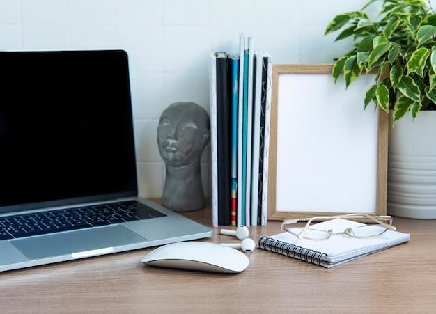 Bureau de bureau. ordinateur portable avec fournitures de bureau sur la table.