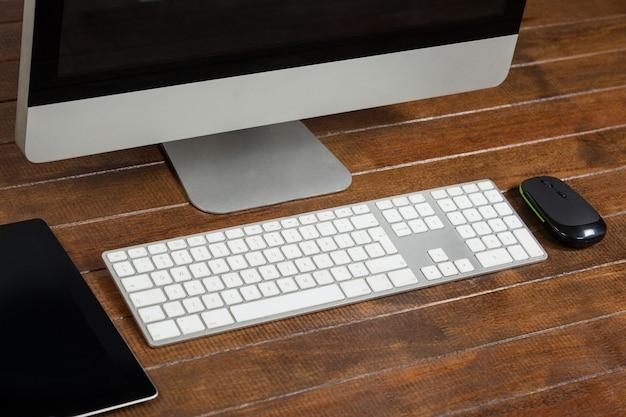 Bureau de bureau avec ordinateur et tablette numérique