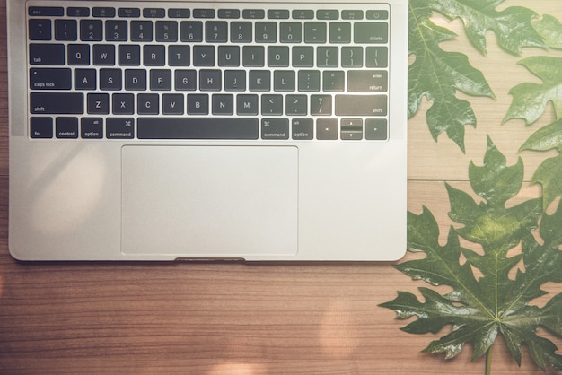 Sur un bureau avec un cahier, un ordinateur portable. - images