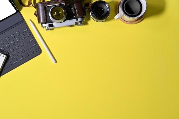 Bureau coloré avec fournitures de photographe