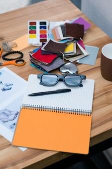 Bureau de créateur de mode. bloc-notes et fournitures d'échantillons de couleurs sur la table