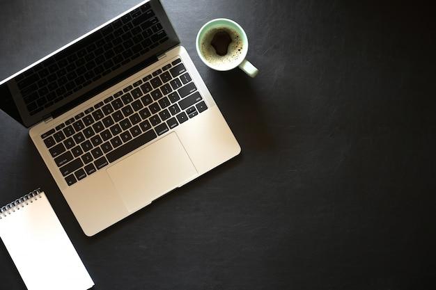 Bureau en cuir foncé avec ordinateur portable et vue de dessus