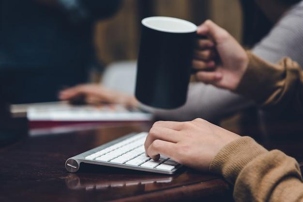 Un bureau dans un bureau avec un ordinateur portable, elle écrit un blog