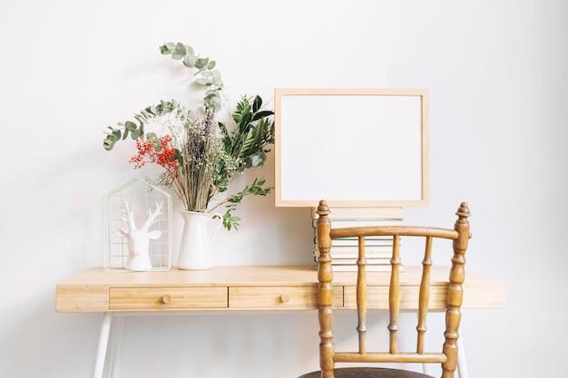Bureau décoratif avec cadre à côté de la plante